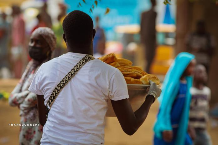 """Distribution du """"ndogou"""", le repas de rupture du jeûne du ramadan, par des chrétiens à Dakar, le 21 avril."""