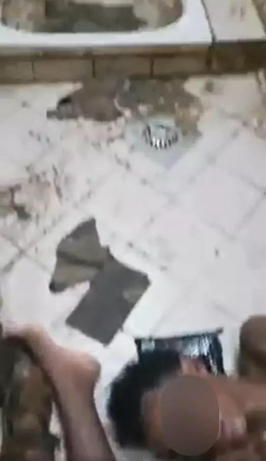 Capture d'écran d'une vidéo tournée en août 2021 et montrant des migrants éthiopiens entassés dans des toilettes insalubres, dans un centre de rétention à Jazan, en Arabie saoudite.