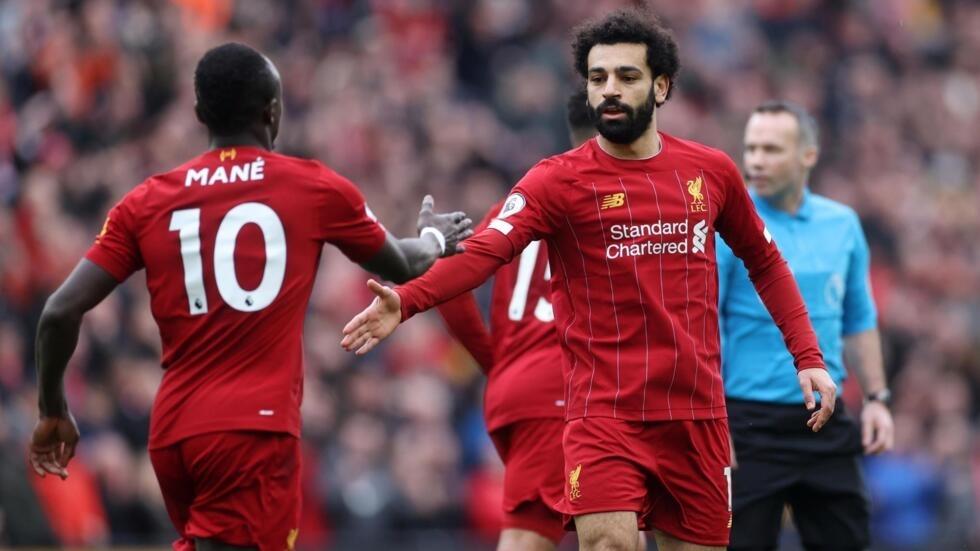 Mohamed Salah remercie Sadio Mané, qui lui a offert une passe décisive lors du match Liverpool-Bournemouth, le 7 mars 2020.