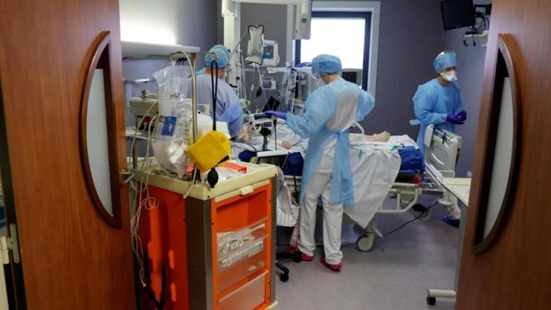 کادر درمانی در بخش مراقبتهای ویژه در یکی از بیمارستانهای فرانسه برای نجات یکی از مبتلایان به کووید تلاش میکنند.