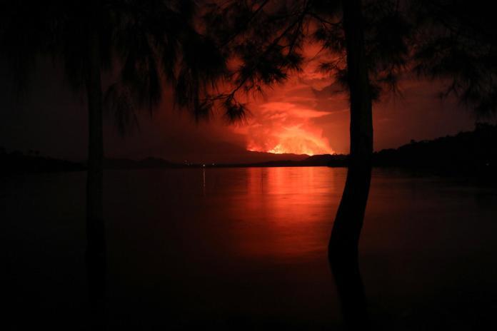Le volcan Nyiragongo en éruption vu du lac Kivu.