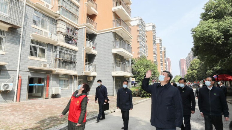 中国领导人习近平3月10日视察武汉,在街道上向被隔离的民众挥手致意。