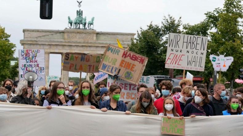 فعالان محیطزیستی، با فراخوان گرتا تونبرگ، فعال مشهور محیطزیستی، روز جمعه دوم مهر/٢۴ سپتامبر، با برگزاری دستکم ۱۴٠٠ تجمع در بیش از ۸٠ کشور جهان، هشتمین تظاهرات جهانی خود را برگزار کردند.