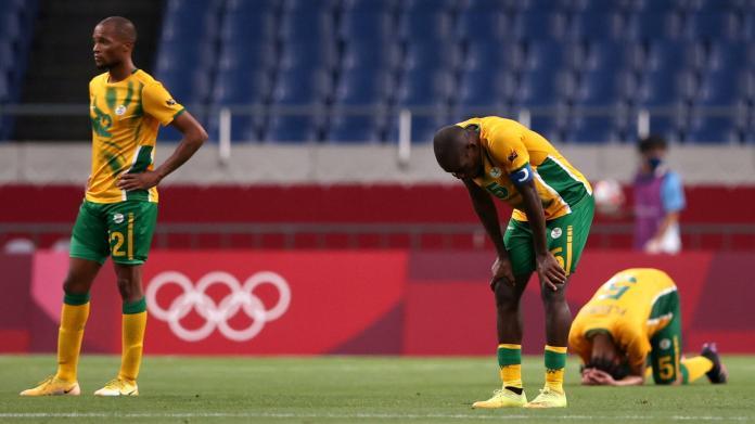 Déception des Sud-Africains après le quatrième but de la France au tournoi de football des JO de Tokyo le 25 juillet.