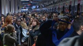voyageurs pris en otage par les grevistes metro rer