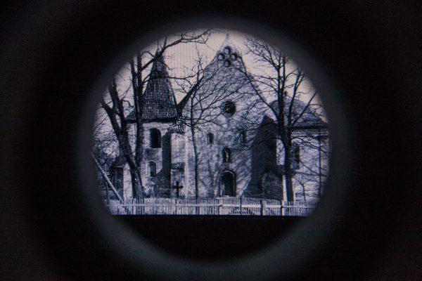 """Kościół św. Jana Jerozolimskiego w okularze """"lunety""""."""