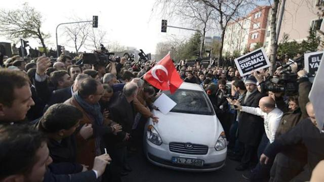 TUR21. Istanbul (Turkey), 14/12/2014.- Supporters of Fethullah Gulen Movement surround a car carrying Ekrem Dumanli (C) chief editor of Zaman newspapers after he was detained by police as a part of Turkish police operation targeting the media close to the Fethullah Gülen, in Istanbul, Turkey 14 December 2014. Early 14 December police simultaneously arrested broadcasters from a television station and a former anti-terrorism chief and journalists according to local media. (Turquía, Estanbul) EFE/EPA/ERDEM SAHIN