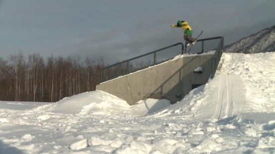 Ο Guy χτυπά το μέτωπό του πάνω από το σκι του ενώ κάνει σκι πάνω από το κιγκλίδωμα