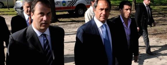Daniel Scioli custodia los carteles de su campaña/ DyN