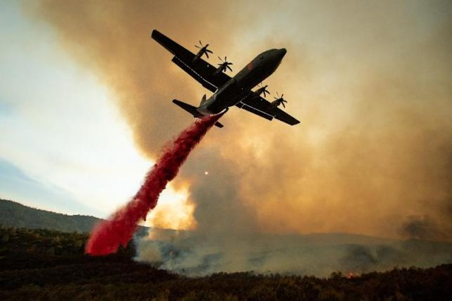 An air tanker drops retardant on the Ranch Fire, part of the Mendocino Complex (AFP Photo/NOAH BERGER)