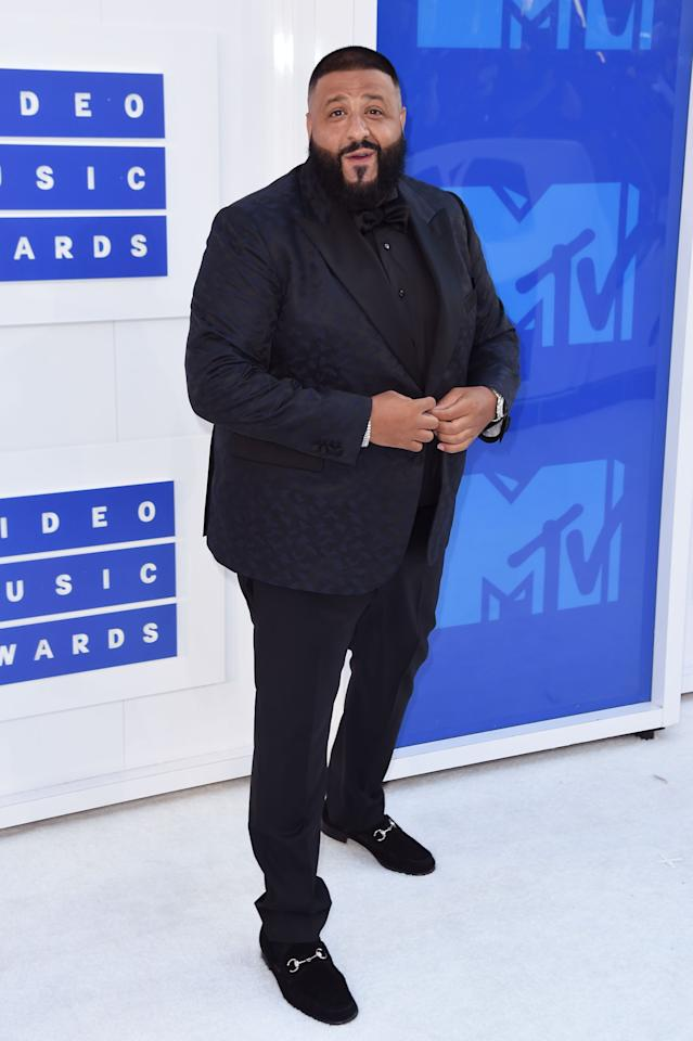 """<p>DJ Khaled, whose album <a href=""""https://www.yahoo.com/katiecouric/major-key-alert-dj-khaled-talks-his-latest-album-snapchat-and-beyonce-191223451.html""""><i>Major Key</i></a> is a, well, major hit, hosted the pre-show wearing a navy blue giraffe print suit. While special because of its flair, it has an even greater significance considering Tony Robbins, businessman and famous informercial personality, set the performer up with his tailor who custom made it. <i>(Photo: Getty Images)</i></p>"""
