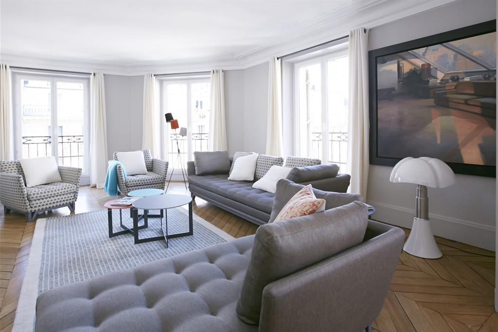 grand salon moderne dans les tons gris