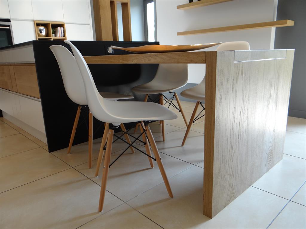 table de cuisine en bois clair prolonge