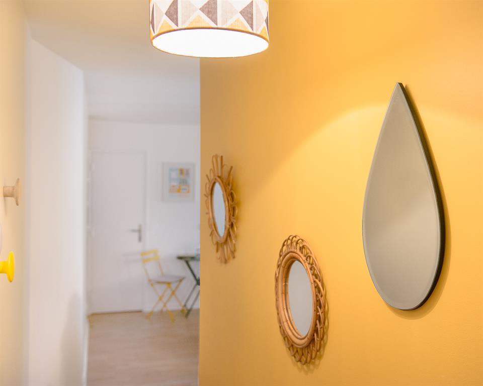 couloir au mur jaune marion alberge