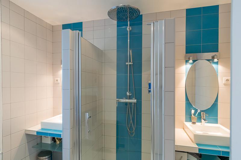 salle de bain bleu et blanche