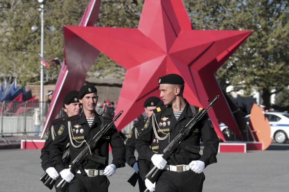 Военнослужащие парадных расчетов в Севастополе.