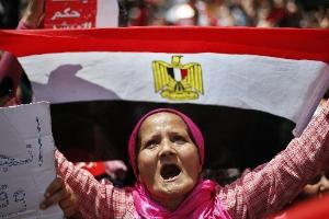 Blindados del ejército en las calles de Egipto y Mursi bajo arresto domiciliario - 300x150