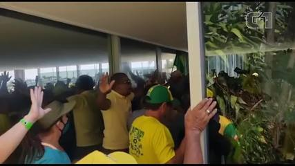 Bolsonaro supporters group riot at the door of the Ministry of Health in Brasília