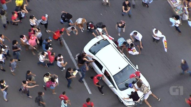 Motorista atropela manifestantes durante protesto contra Michel Temer em Goiânia