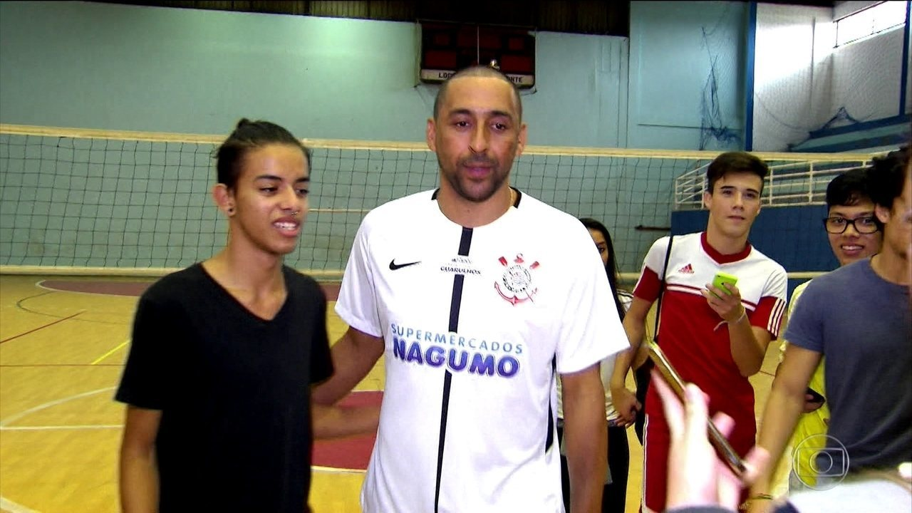 Corinthians apresenta novo time de vôlei com o craque Serginho