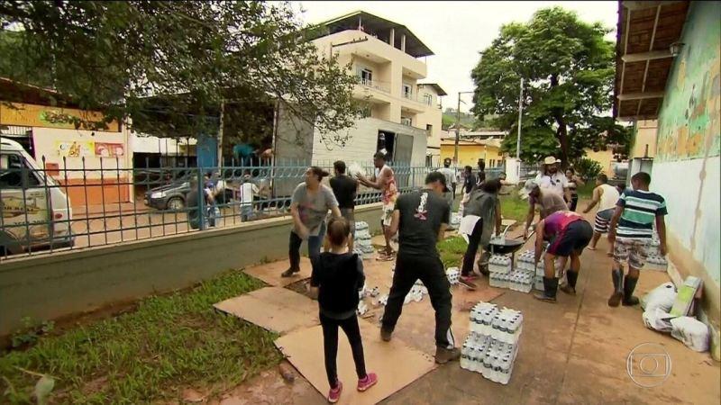 Voluntários fazem força-tarefa após inundações em MG