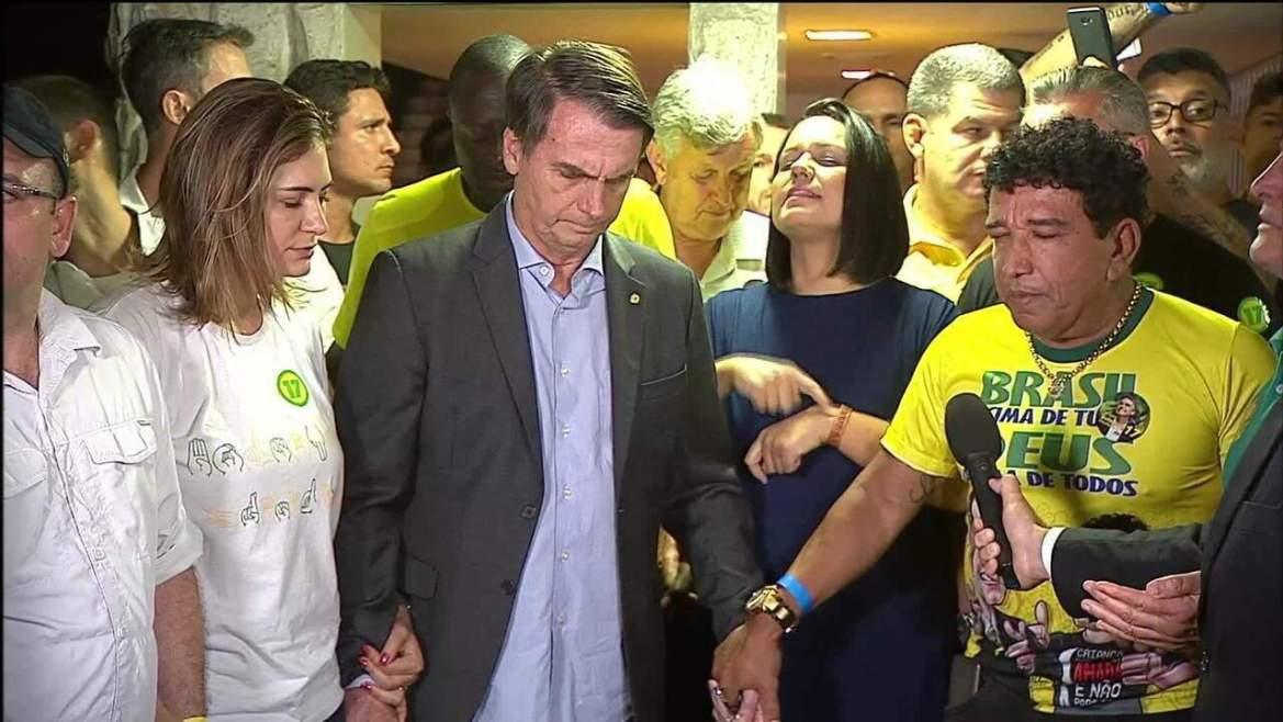 Jair Bolsonaro (PSL) ora com apoiadores para agradecer vitória nas eleições