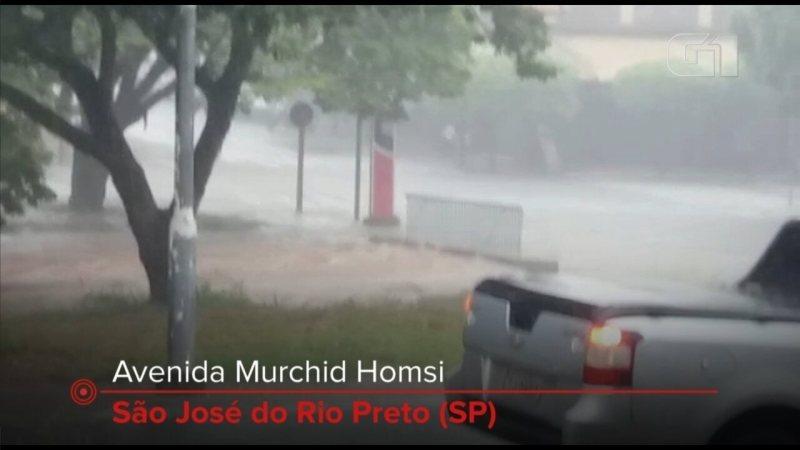 Chuva forte alaga avenidas e ruas em Rio Preto
