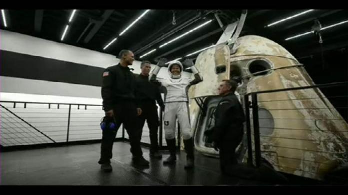 Veja o momento da saída dos astronautas civis da cápsula da Space X na Terra