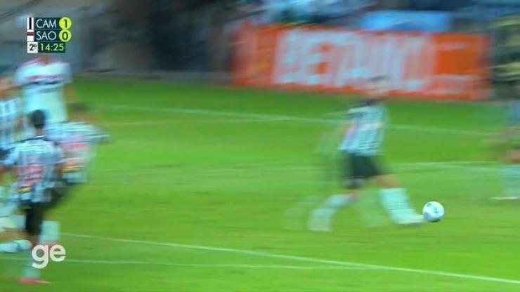 Aos 14 min do 2º tempo - chute para fora de fora da área de Emiliano Rigoni do São Paulo contra o Atlético-MG