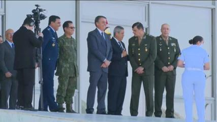 VÍDEO: Bolsonaro se prepara para acompanhar desfile de tanques e blindados da Marinha, em Brasília