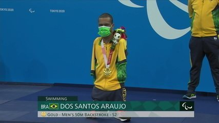 With dancing, Gabriel Araújo receives the gold on the podium of the 50m backstroke - Tokyo Paralympics