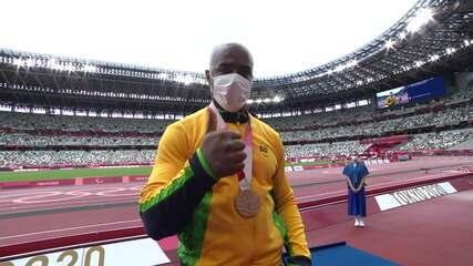 João Victor Teixeira receives the bronze medal at the men's album F37 - Tokyo Paralympics