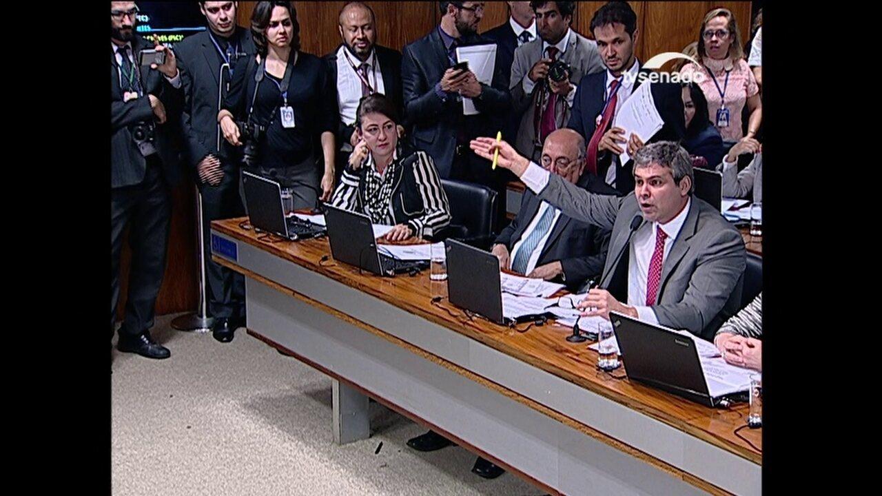 Tasso Jereissati e Lindbergh batem boca durante sessão do Senado