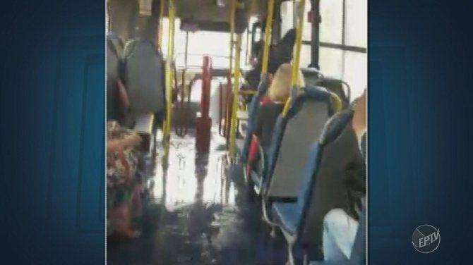 Ônibus circular fica alagado após temporal em Campinas