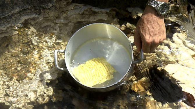Equipe prepara 'almoço' em rio que ferve