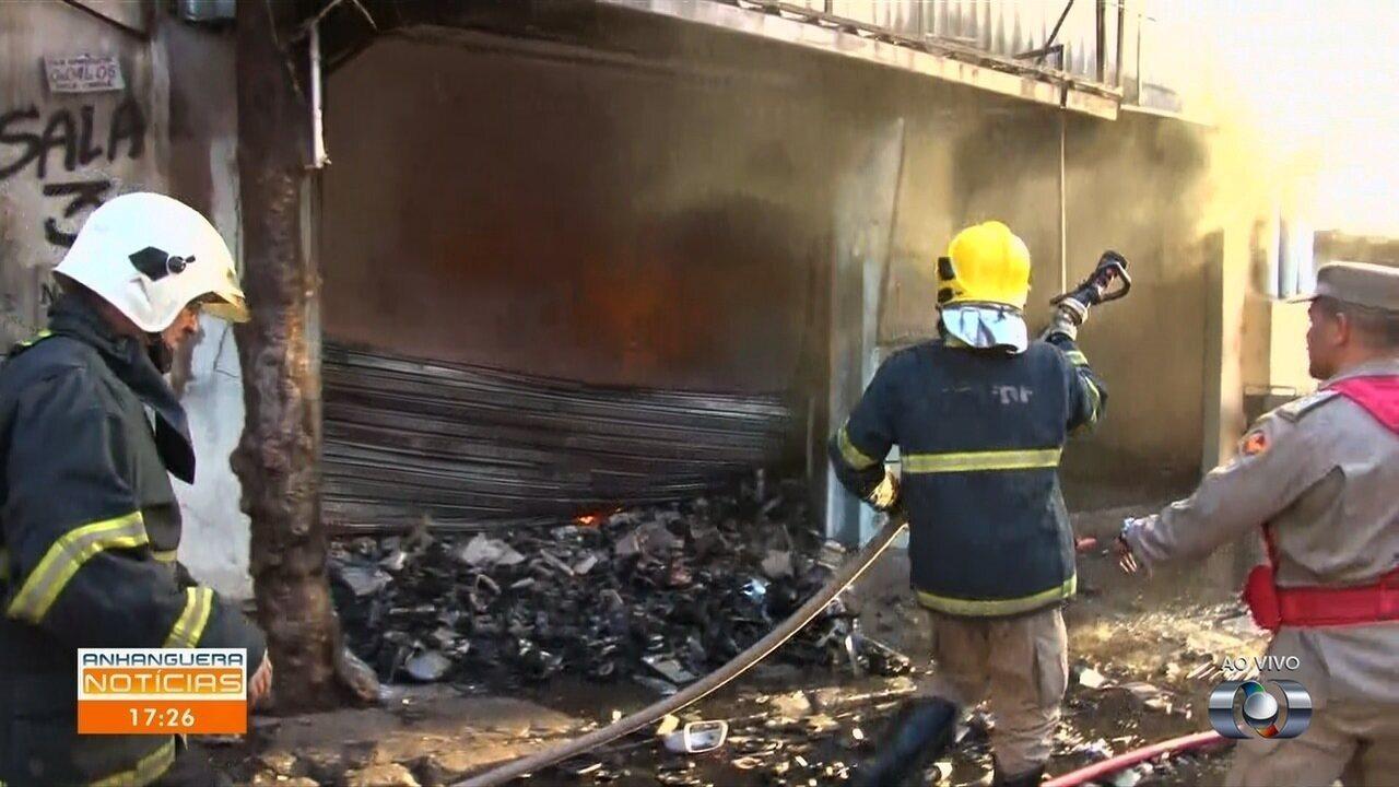 Bombeiros combatem incêncio em loja de autopeças na Vila Canaã, em Goiânia