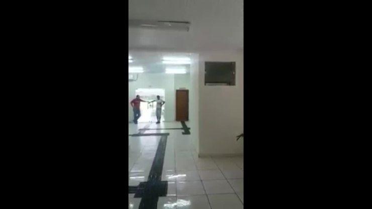 Vídeo mostra delegacia inundada por água da chuva mesmo após reforma de mais de R$ 1 milhão