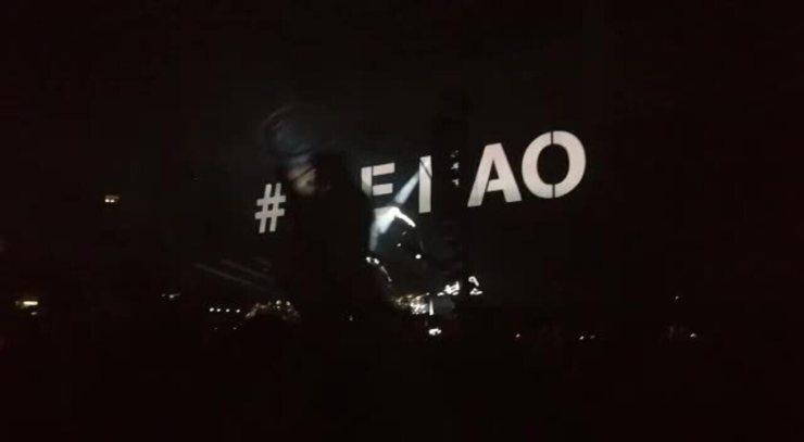 Segunda vez que aparece #elenão no telão em show de Roger Waters, com mais aplausos e vaias