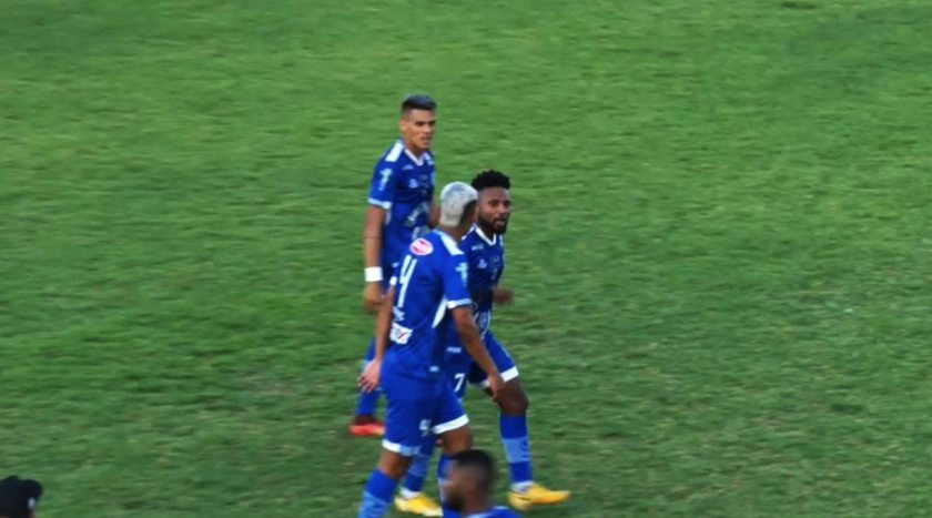 Rayro, from Oeirense, scores a beautiful goal from outside the area in the final of Serie B of Piauiense