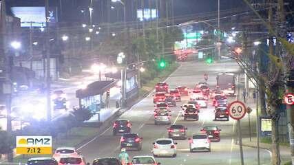 Trânsito intenso é registrado após reabertura do comércio em Manaus
