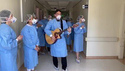 Médicos cantam para pacientes do Hospital Rio Grande