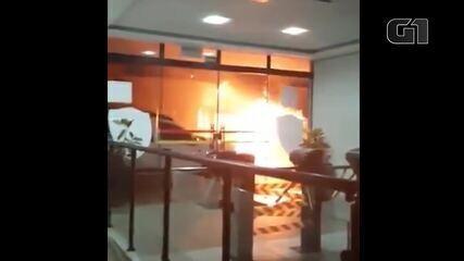 Moradores registram incêndio causado por criminosos em Botucatu