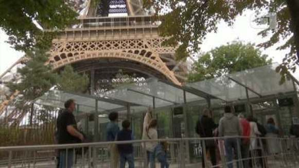 Torre Eiffel reabre ao público, após ter sido esvaziada nesta quarta (23)