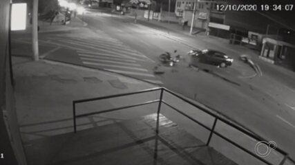 Câmeras de segurança flagram momento em que motociclista é atingido por carro em Salto