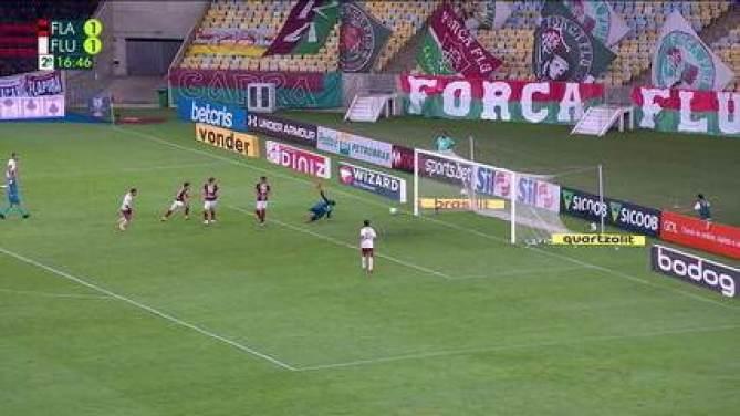 Michel Araújo é lançado no ataque, faz um carnaval com os defensores do Flamengo e finaliza fraco de direita. A bola bate no pé da trave, aos 16 do 2ºT