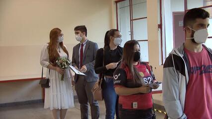 Casal celebra união e noivo recebe vacina contra a Covid-19 em Juiz de Fora
