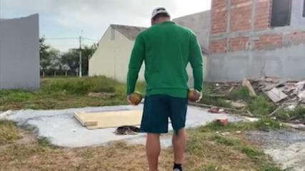 Darlan Romani comove brasileiros ao treinar em terreno baldio na pandemia