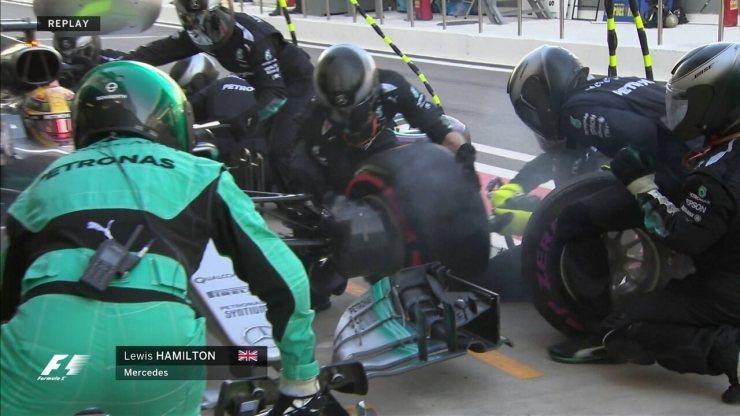 Lewis Hamilton também vai para os boxes trocar os pneus
