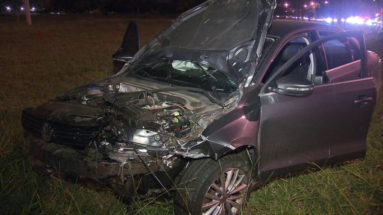 Carro de família é atingido por carro que participava de racha