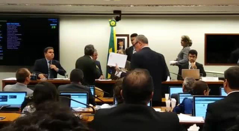Sessão da CPI da Funai teve bate-boca entre deputados durante votação do relatório final